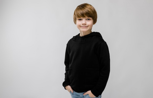 Tiener in modieuze kleding