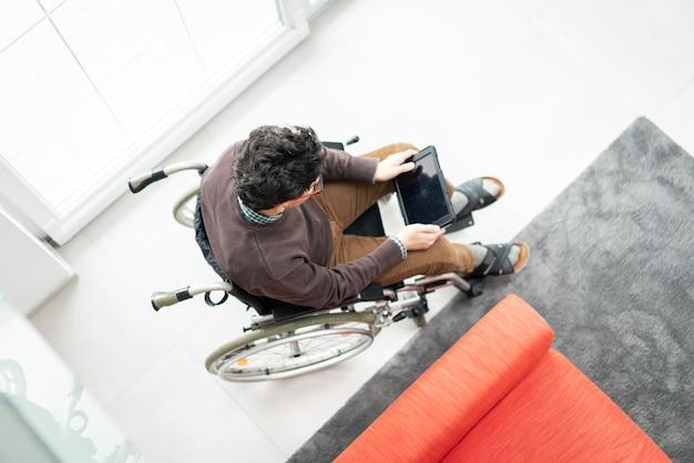 Tiener in rolstoel thuis