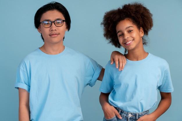 Tiener jongen en meisje poseren samen