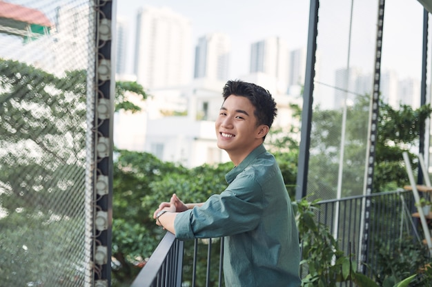 Tiener lacht op het terras