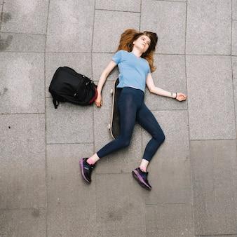 Tiener liggend op de grond