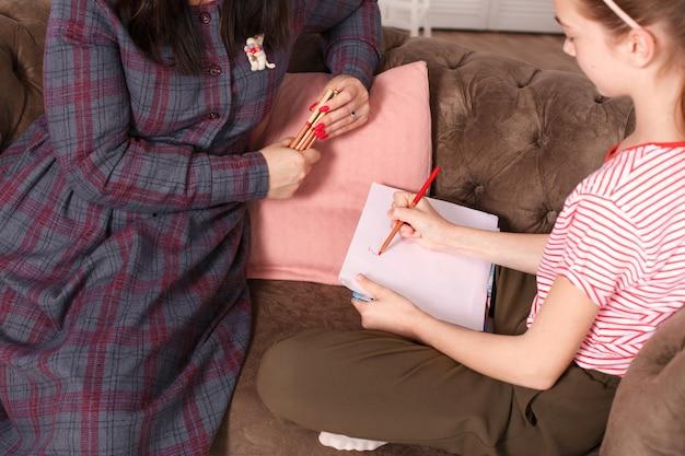 Tiener meisje bij de receptie bij de psychotherapeut. psychotherapie sessie voor kinderen