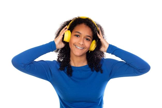 Tiener meisje gekleed in een blauwe trui geïsoleerd op een witte muur