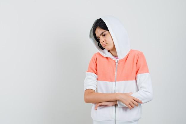 Tiener meisje haar armen in jas oversteken en boos kijken