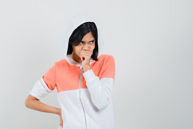 Tiener meisje in gedachten verzonken in jas