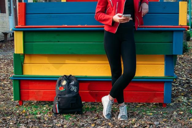 Tiener meisje kijken naar smartphone mobiele telefoons, sms'en