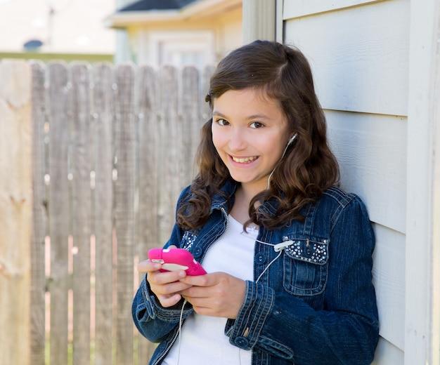 Tiener meisje muziek afspelen met smartphone oorbellen