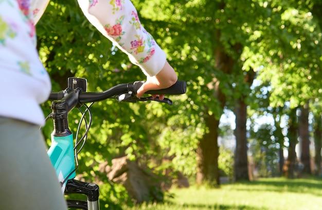 Tiener meisje op een fiets in het park