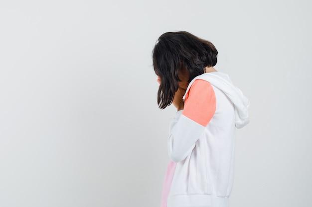 Tiener meisje opzij draaien in jasje, overhemd en boos kijken.