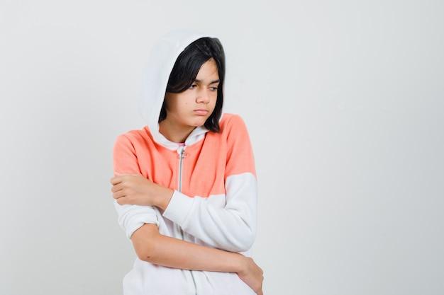 Tiener meisje opzij kijken in jasje en boos kijken.