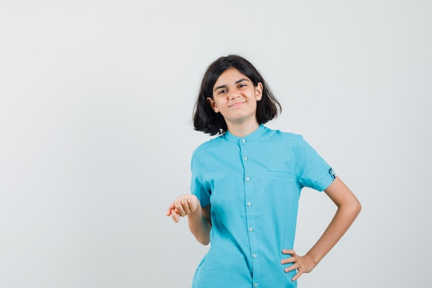 Tiener meisje poseren als haar mening in blauw shirt uiten en er schattig uitzien