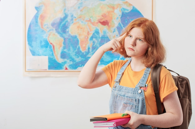 Tiener meisje staat op geografische kaart