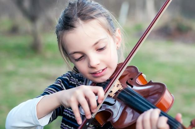 Tiener meisje viool spelen