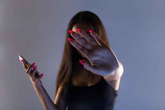 Tiener meisje zit buitensporig aan de telefoon thuis. hij is het slachtoffer van online pesten van stalker sociale netwerken.