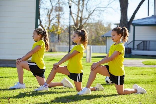 Tiener meisjes oefenen training in het park