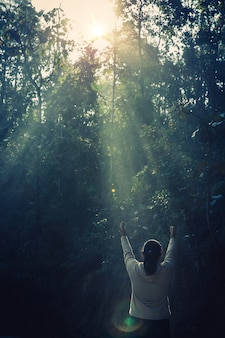 Tiener met bidden. vrede, hoop, dromen concept.