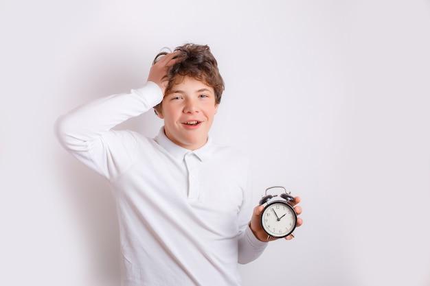 Tiener met een wekker