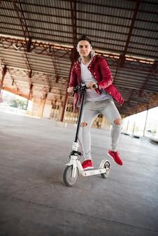 Tiener met scooter