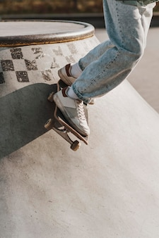 Tiener met skateboard met plezier