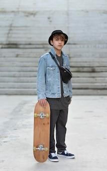 Tiener met skateboard