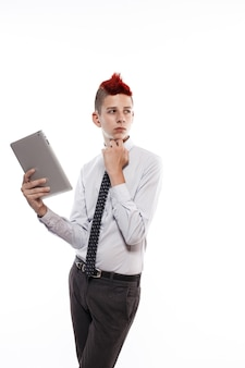 Tiener met tabletcomputer op witte muur