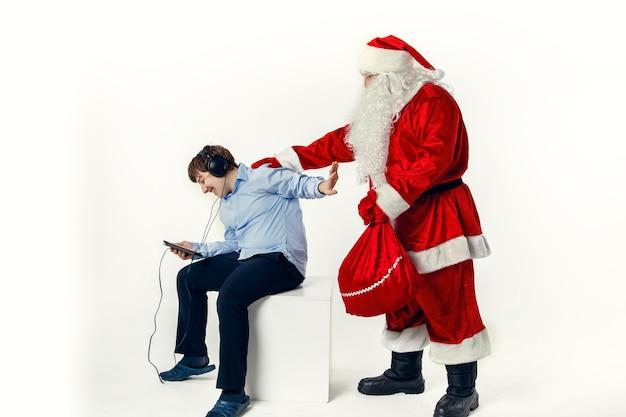 Tiener negeert de kerstman, die cadeautjes heeft meegebracht