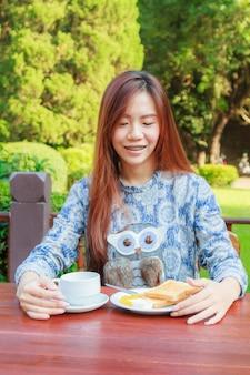 Tiener ontbijt eten