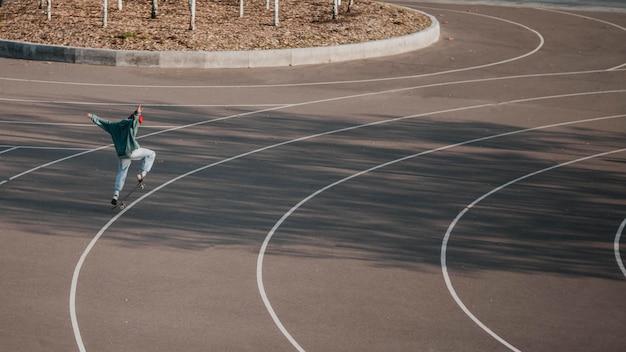 Tiener plezier met skateboard buiten en kopieer de ruimte