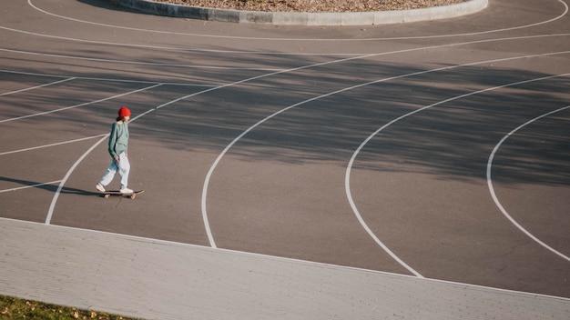 Tiener plezier met skateboard buiten
