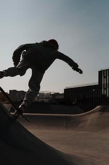 Tiener plezier met skateboard in het park buiten