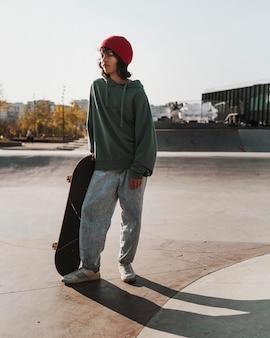 Tiener plezier skateboarden buiten in het skatepark