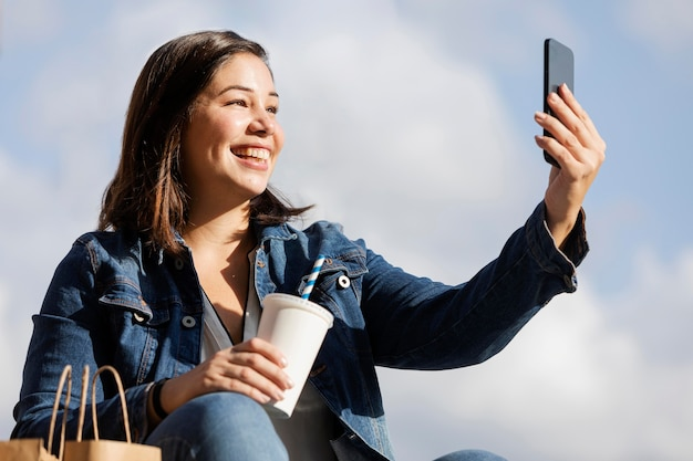 Tiener praten een selfie buitenshuis