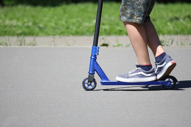 Tiener rijdt scooter met speciale achtbaan