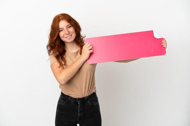 Tiener roodharige meisje geïsoleerd op een witte achtergrond met een leeg bordje