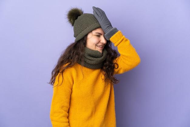 Tiener russisch meisje met muts geïsoleerd op paarse muur heeft iets gerealiseerd en de oplossing voornemens