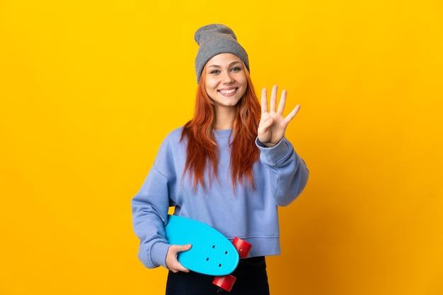 Tiener russisch schaatsermeisje op geel gelukkig en vier met vingers tellend