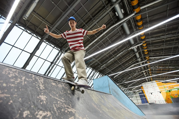Tiener skateboarden