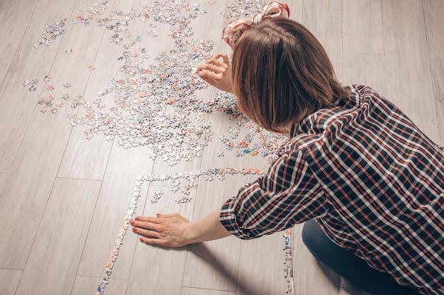 Tiener speelt puzzels.
