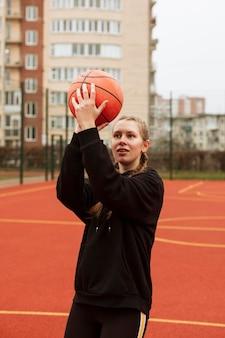 Tiener spelen basketbal buitenshuis