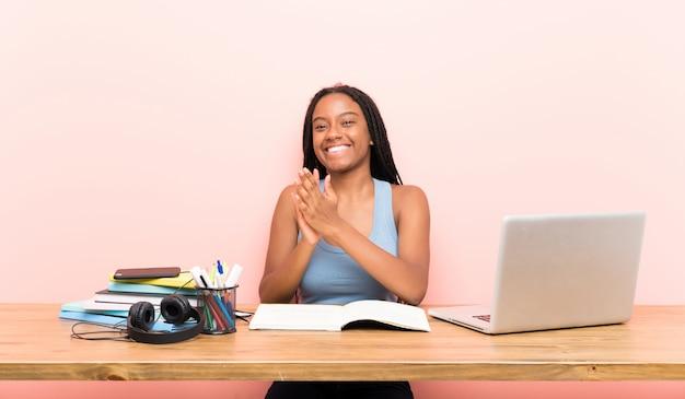 Tiener student meisje applaudisseren na presentatie in een conferentie