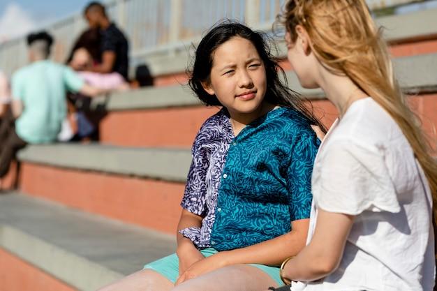 Tiener troostende vriend, verdrietig meisje dat over haar problemen praat