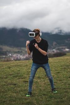 Tiener verdwaald in een digitale wereld - verslaafd aan het spelen van games - virtual reality