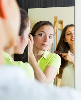 Tiener vriendinnen plezier in de buurt van spiegel