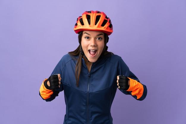 Tiener wielrenner meisje viert een overwinning in de winnaarspositie