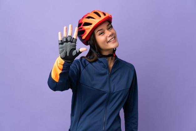 Tiener wielrenner meisje vijf tellen met vingers
