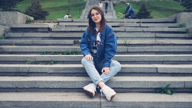 Tiener zit op stappen in het park