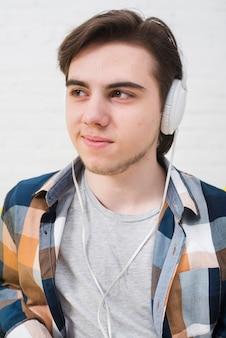 Tienerjongen die aan muziek luistert