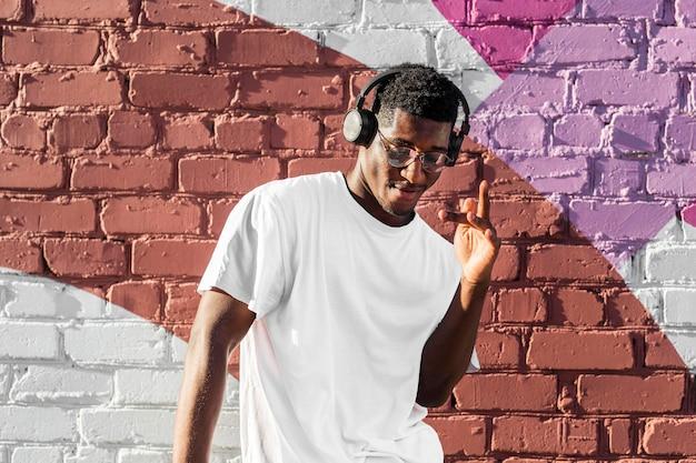 Tienerjongen die aan muziek via hoofdtelefoons luistert