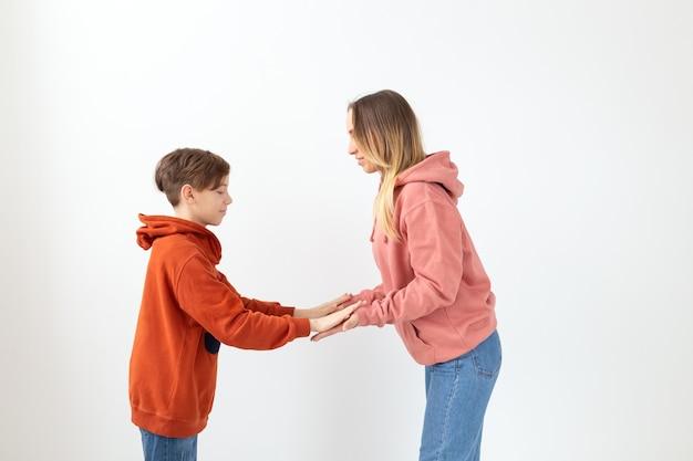 Tienerjongen die high five geeft aan zijn moeder