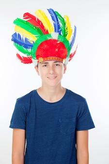 Tienerjongen met de veer van indiërs met vele kleuren